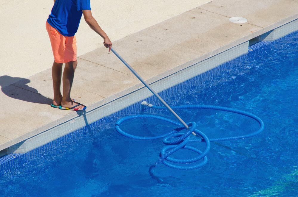 Conheça a lista de 14 produtos essenciais para cuidar de piscinas