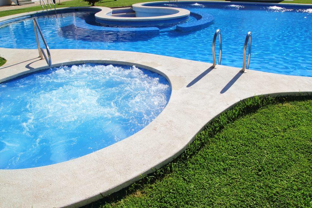 Descubra o que pode causar oleosidade na gua da piscina for Piscina que pierde agua