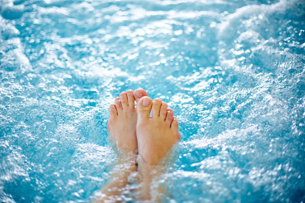 Descubra como cobrir a piscina e evitar sujeiras