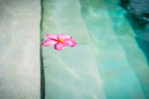 manutenção de uma piscina