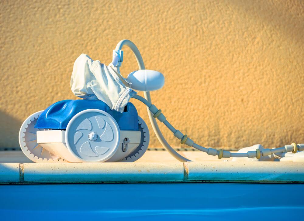 Conhe a o rob que limpa piscinas e veja se ele d conta for Piscinas que se esconden