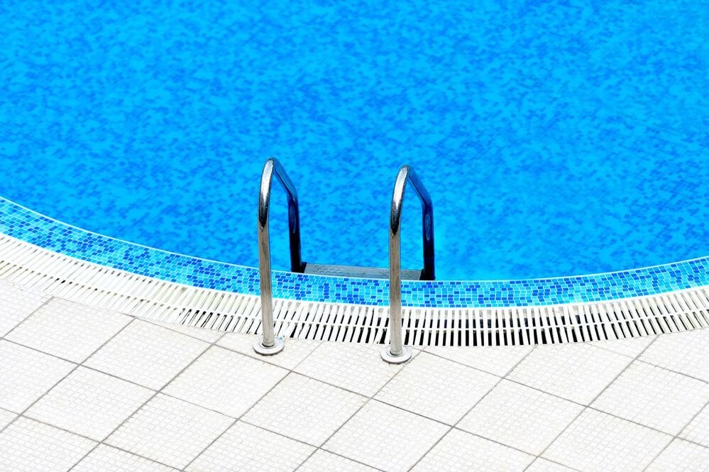 Descubra como escolher a escada ideal para a sua piscina
