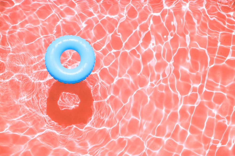 Piscina colorida existe? Veja como mudar a cor da sua piscina