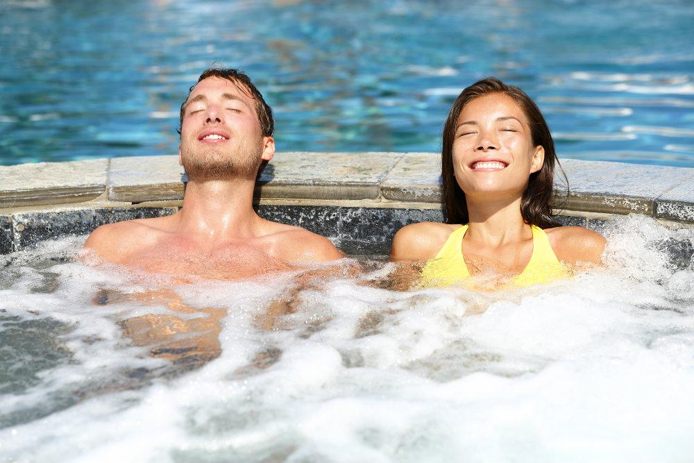 Por que ter uma banheira de hidromassagem acoplada à piscina?