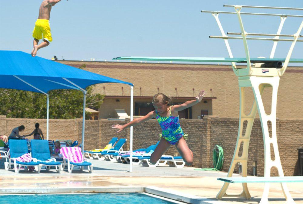 Trampolim para piscina: por que ter e como fazer a instalação?