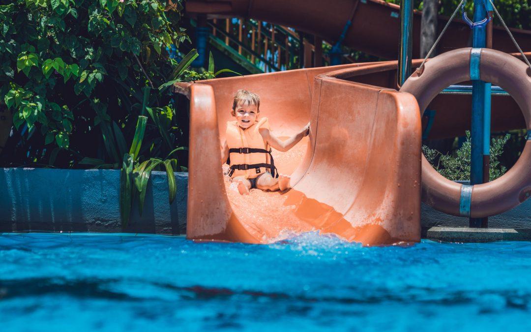 Diversão na piscina: como escolher o escorregador?