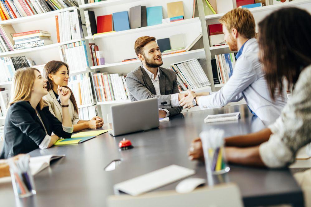 O que vale mais a pena: terceirizar serviços ou ter equipe interna?