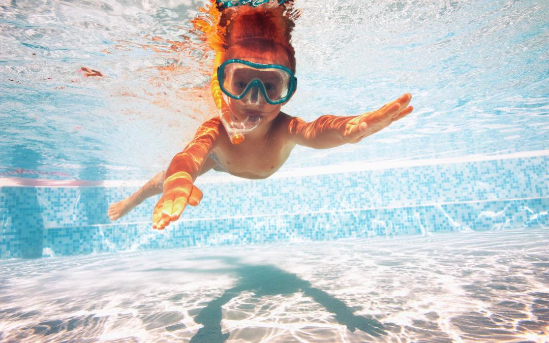 12 brincadeiras seguras na piscina para garantir a diversão no verão
