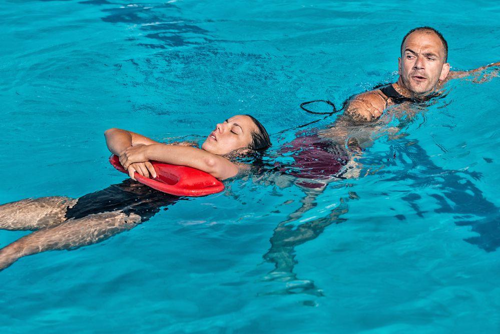 Guardião de piscina: entenda como é essa profissão