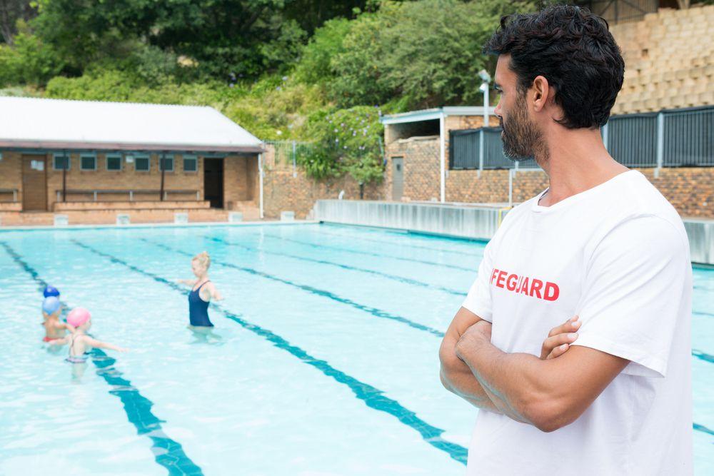 O que escolas precisam saber antes de contratar um guardião de piscinas?