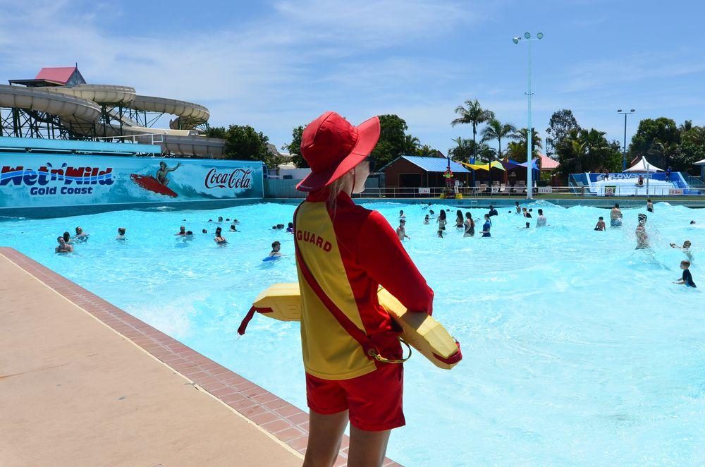 Quais certificações um salva-vidas precisa ter para trabalhar como guardião de piscinas?