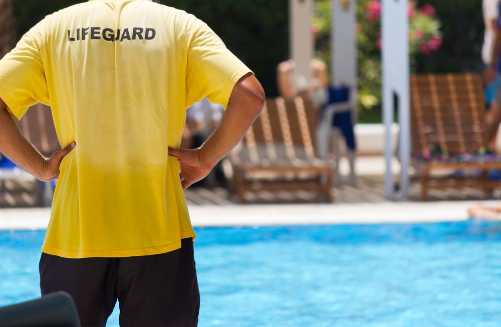 Como contratar um bom serviço de guardião de piscinas para academias?