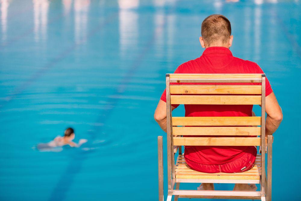 Afinal, qual a importância do guarda-vidas para piscinas coletivas?