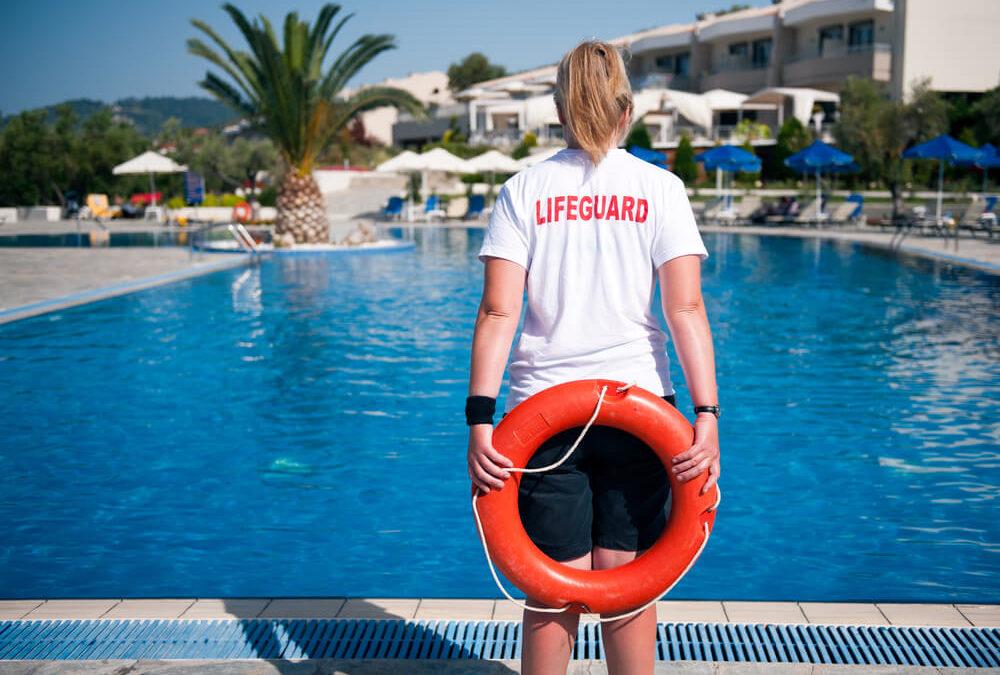Entenda o que a lei diz sobre salva vidas em piscina de condomínio