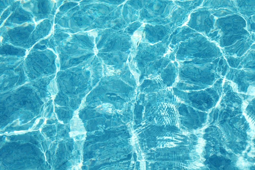 Descubra quando e como trocar a água da piscina
