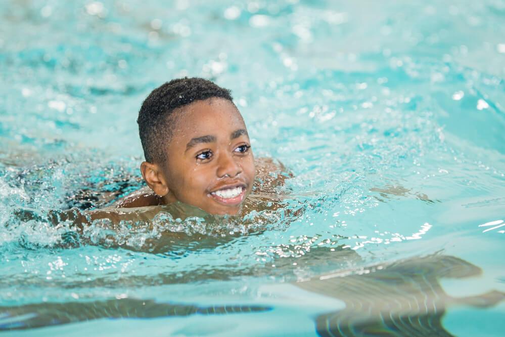 Crianças com dermatite atópica podem usar a piscina? Saiba aqui!