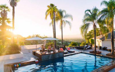 Veja 5 elementos para complementar a área de lazer da piscina