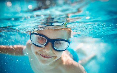 O que acontece quando as pessoas fazem xixi na piscina?