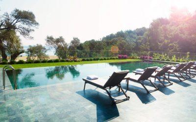 Deck para piscina: como escolher um para colocar no condomínio