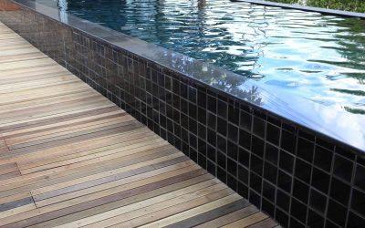 Você já conhece a nova tendência de piscina preta e branca?